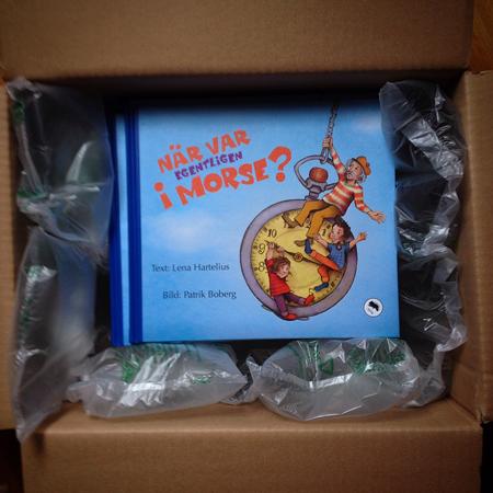 Ett paket fullt med nytryckta böcker.